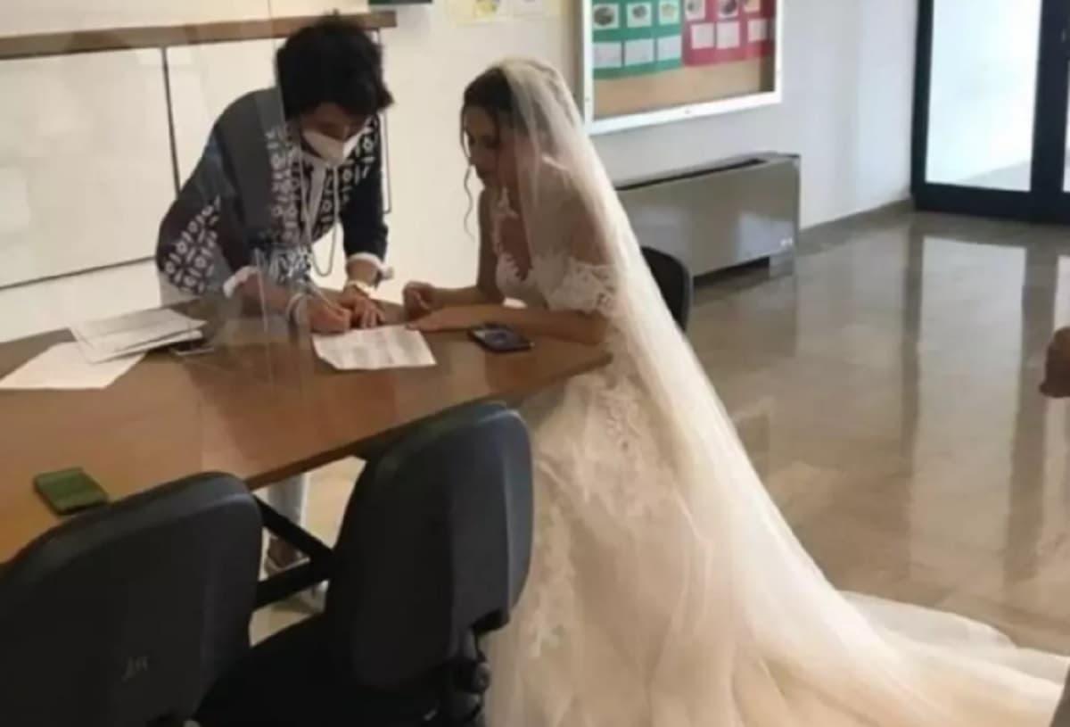 Martina Franca (Taranto): firma il contratto da docente in abito da sposa, era il giorno delle nozze FOTO