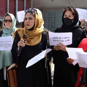 """Afghanistan, i talebani: """"Le donne non possono fare il ministro. Devono fare i figli"""""""