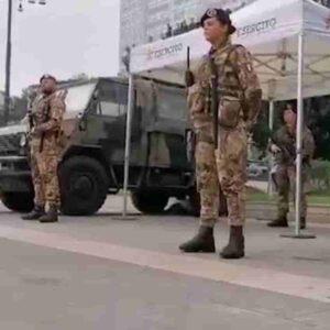 Milano: vuole urinare sulla tenda dell'Esercito alla Stazione Centrale, poi aggredisce i militari