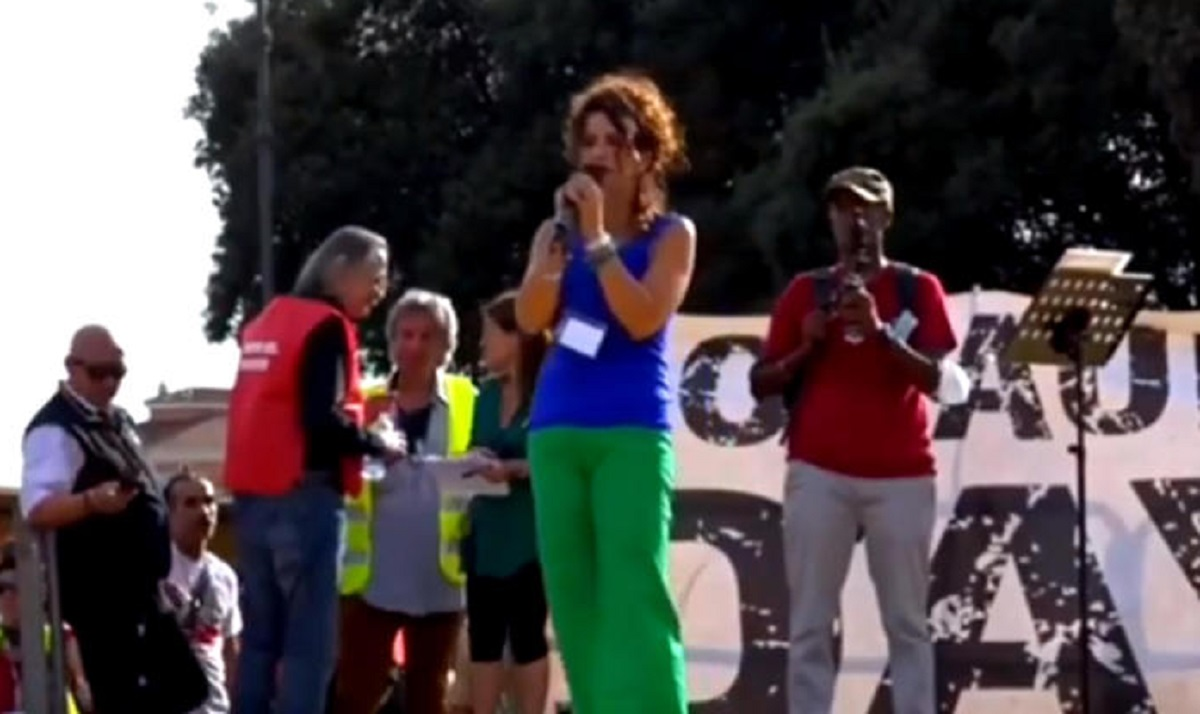 """Vicequestore in piazza coi No Green Pass non molla: """"Avanti con o senza divisa"""". Avanti per cosa?"""