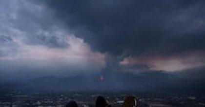 Canarie, eruzione vulcano Cumbre Vieja: lava verso il mare, gas tossici e scosse di terremoto. E' emergenza geologica