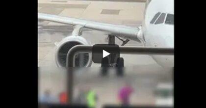 Caos all'aeroporto Capodichino (Napoli): perdono l'imbarco e invadono la pista per raggiungere l'aereo VIDEO