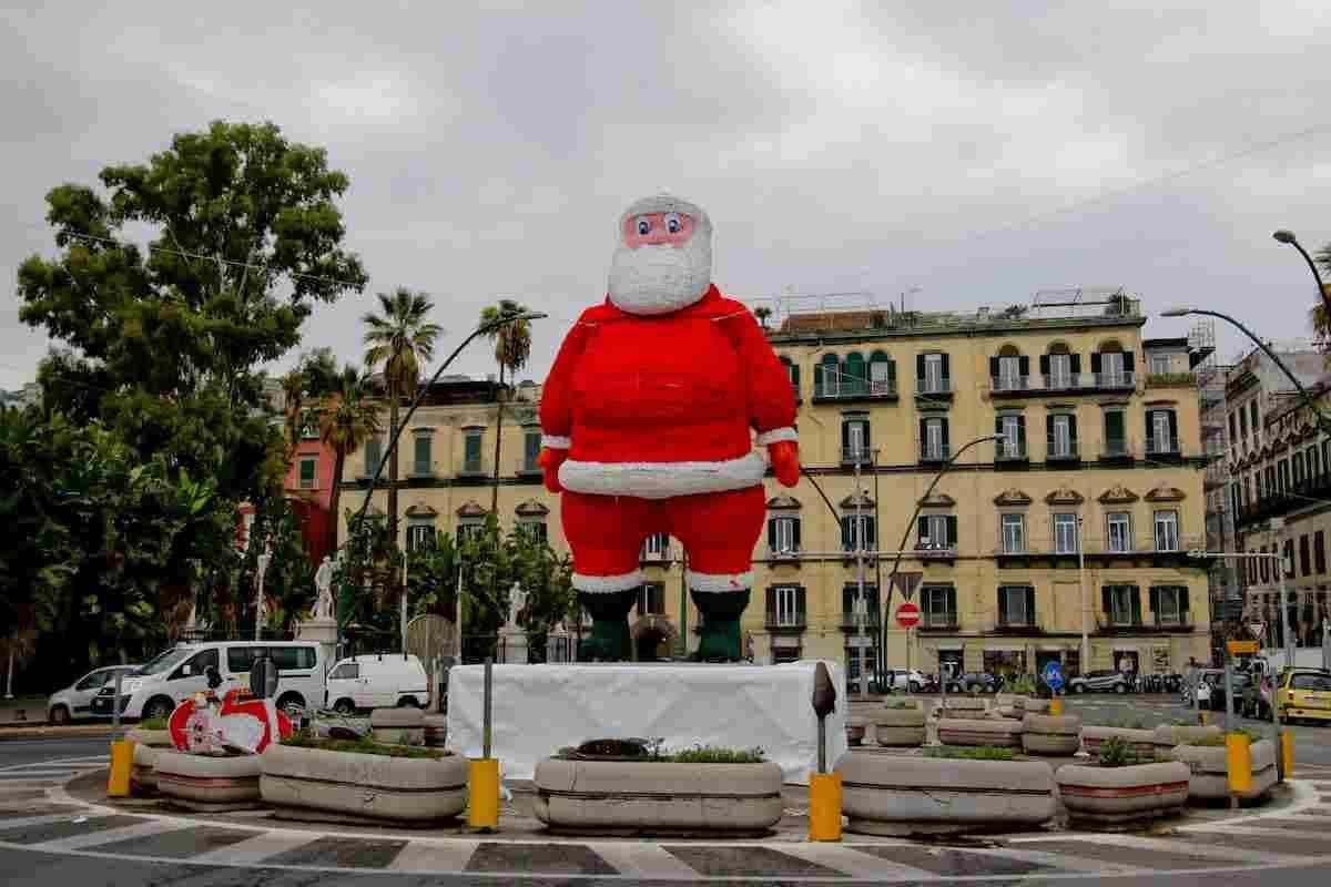 Babbo Natale gigante a piazza Vittoria smontato dopo un giorno: il caso a Napoli FOTO