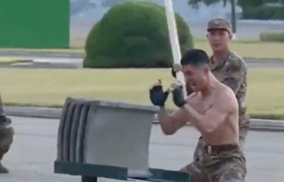 Corea del Nord, soldati che spaccano mattoni con la testa alla expo dell'esercito per Kim Jong-un VIDEO