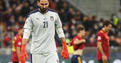 Donnarumma fischiato tutta la partita dai tifosi Milan, e lui quasi si fa gol da solo VIDEO
