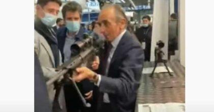 Francia, Eric Zemmour, possibile candidato alle presidenziali, punta un fucile contro i giornalisti VIDEO