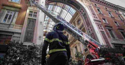 Milano, crollano calcinacci in Galleria Vittorio Emanuele II: area transennata, turisti illesi