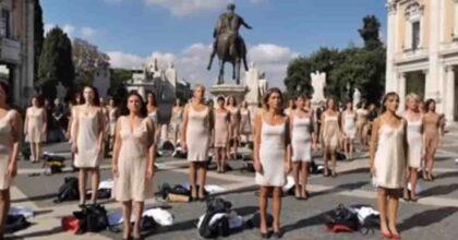 """Hostess Alitalia, flashmob in Campidoglio: si spogliano al grido di """"noi siamo Alitalia"""" VIDEO"""