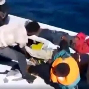 Migranti morti su una zattera al largo della Libia: almeno 15 cadaveri a bordo. Il video di Libya Observer