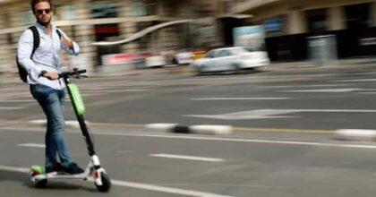 Monopattini, divieto di parcheggio sui marciapiedi. Ma chi farà i controlli e le multe?