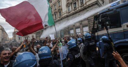 """Sospesa poliziotta No Green Pass, ora chiede di punire gli agenti """"picchia-manifestanti"""""""