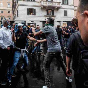 Scontri a Roma: la scritta coi nomi degli arrestati sui muri del Tribunale di Roma