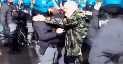 abbraccio manifestante polizia