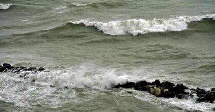 Porto Recanati, cadavere di un giovane trovato in mare in località Scossicci. C'era stata mareggiata