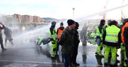 Porto di Trieste, 3 giorni posso bastare: polizia sgombera con idranti i portuali No Green Pass