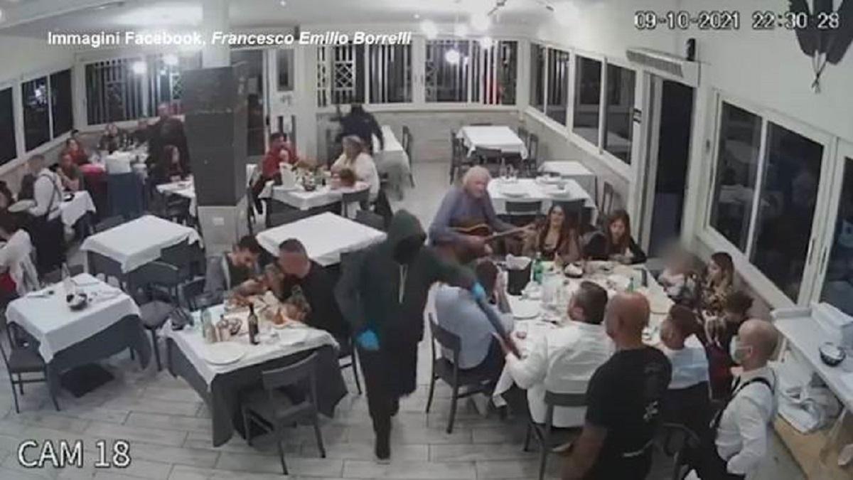 Fucili puntati alla testa dei bambini, la rapina choc nel ristorante a Casavatore VIDEO