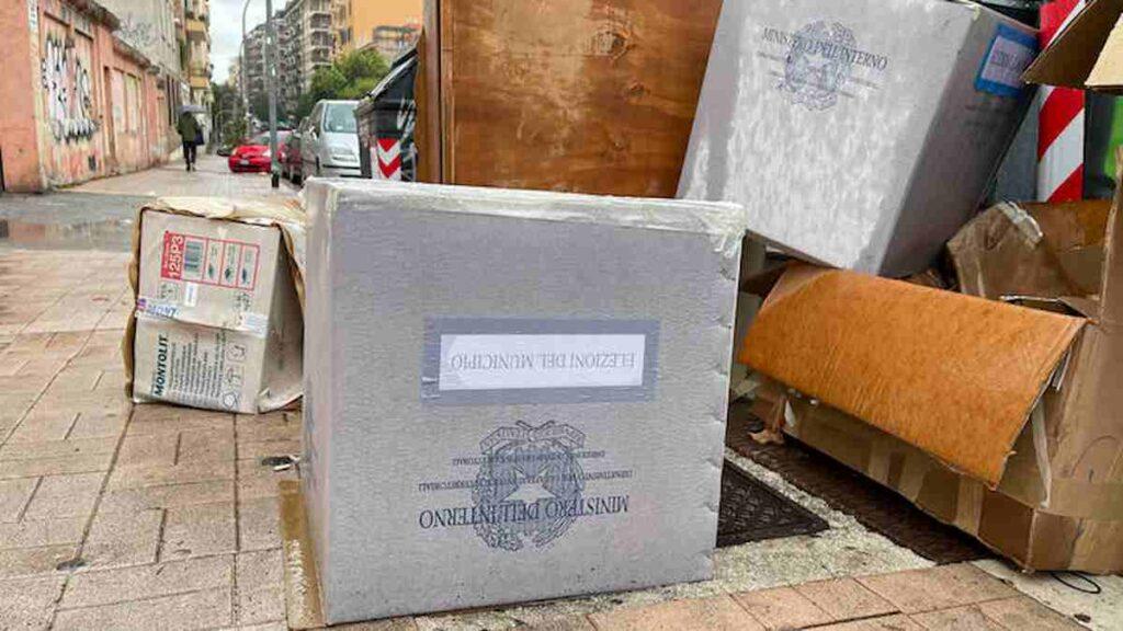 Roma, urne elettorali abbandonate accanto cassonetti dei rifiuti