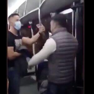 Senza mascherina sul bus, aggredisce il poliziotto che gli chiede di metterla: il video del pestaggio a Saragozza