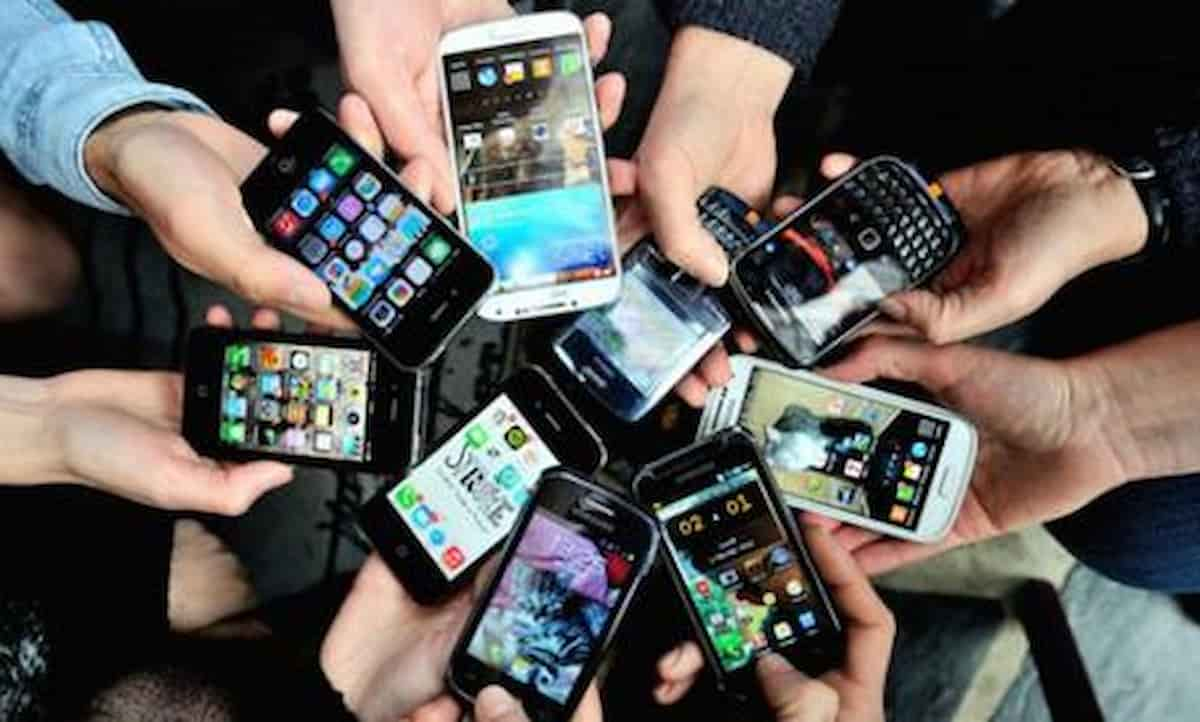 Smartphone libero ai figli, ora basta: in 8 punti il patto educativo fra genitori e figli sull'uso di internet