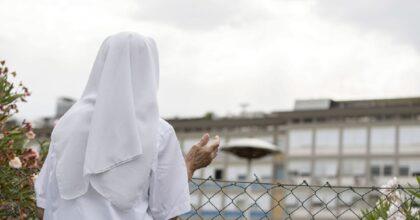 Suora di 85 anni spinta a terra e rapinata da due ragazzi che le rubano anche l'acqua santa