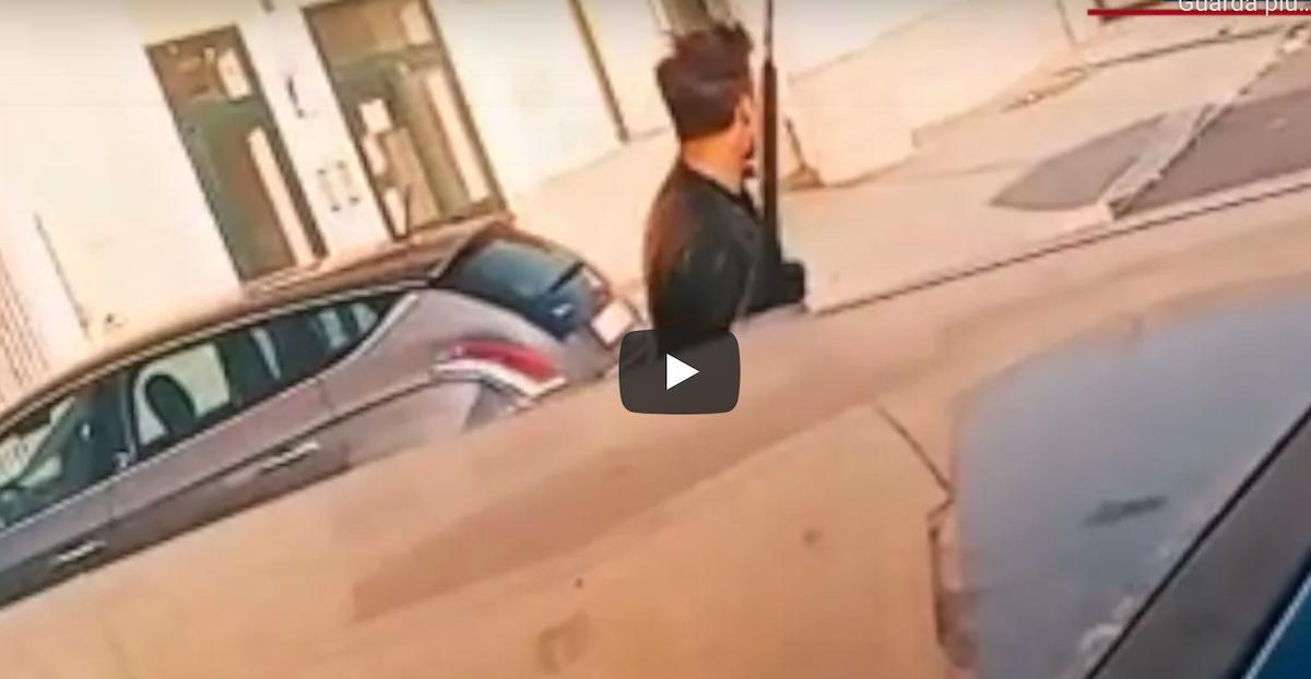"""Vittorio Brumotti all'ex Onpi di Foggia, gli gridano: """"Vattene! Rubategli la bicicletta"""" VIDEO"""